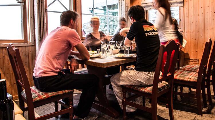 Abendessen In Der Lodge Bei Der Skitourenreise