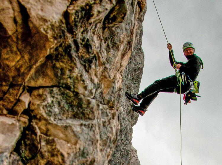 Abseil Uebung Mit Bergfuehrer Am Alpinkletterkurs Allgaeu