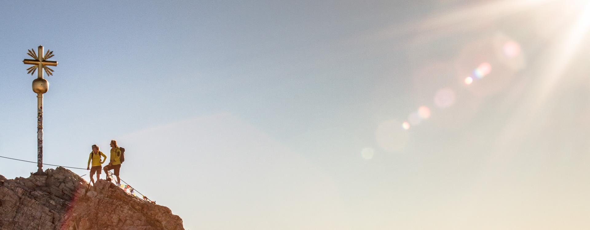 am-gipfelkreuz-der-zugspitze-mit-Bergfuehrer