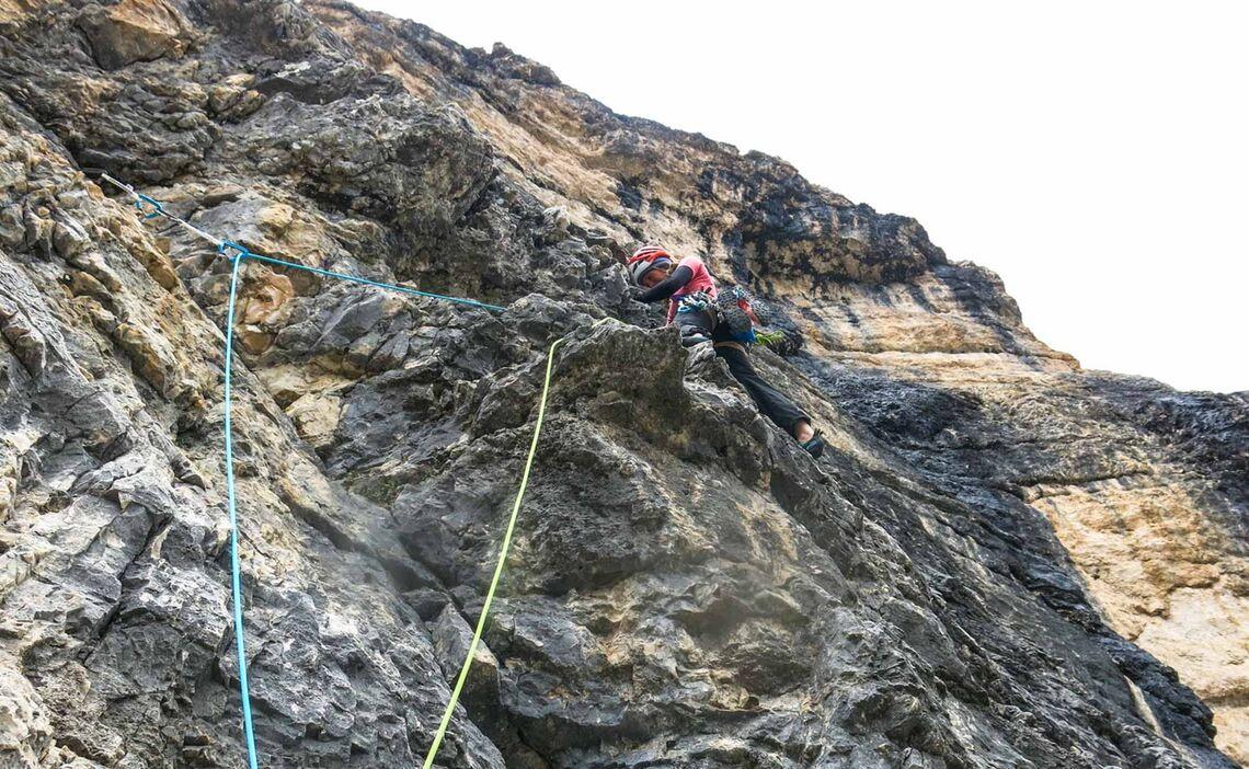 Anspruchsvolle Absicherung Beim Alpinklettern In Den Dolomiten