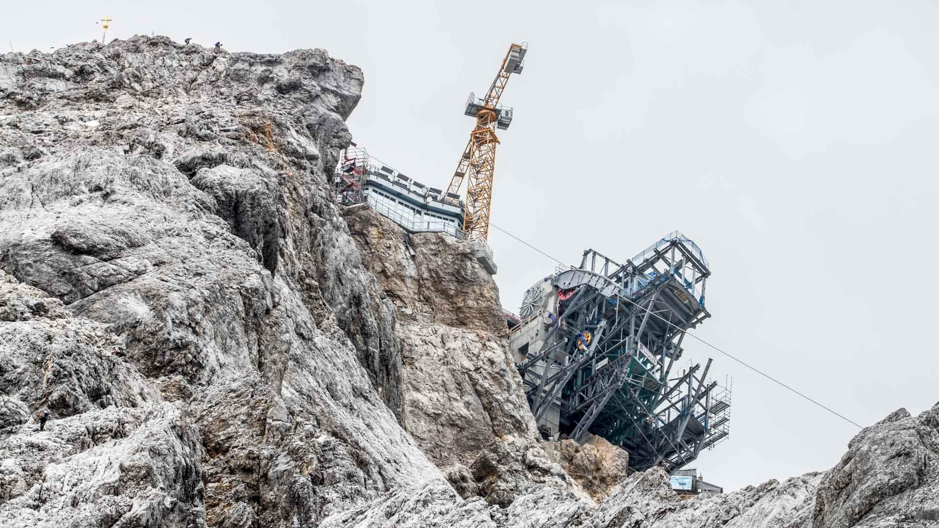 baukran-auf-der-zugspitze-gesehen-vom-hoellental-klettersteig.jpg