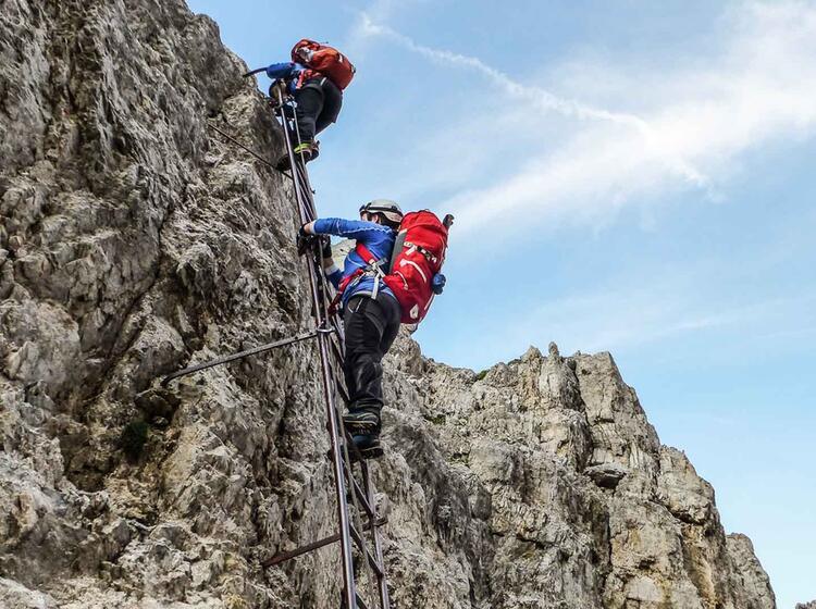 Begehen Einer Leiter Auf Den Klettersteigen In Den Dolomiten