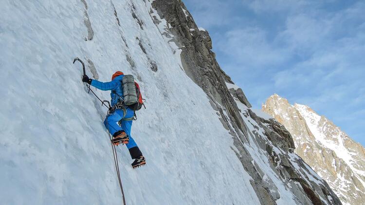 Charlotte Gild Als Bergfuehrer Auf Expedition In Nepal