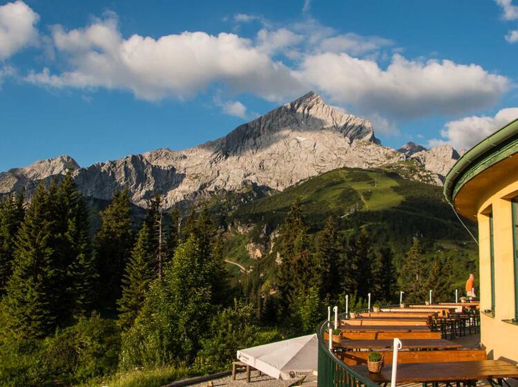 Das Kreuzeckhaus Und Die Alpspitze