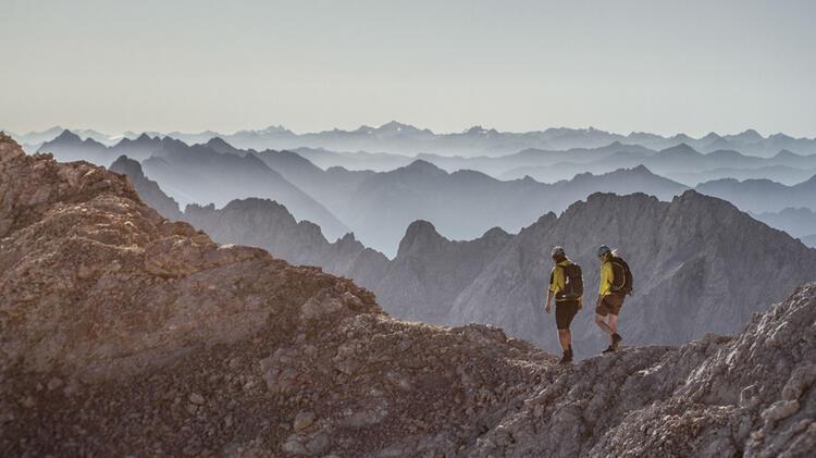 Der Bergfuehrer Uebernimmt Die Sicherung Am Jubilaeumsgrat Von Der Zugspitze