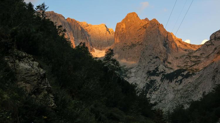 Der Blick Zur Zugspitze Am Morgen Aus Der Hoellentalklamm