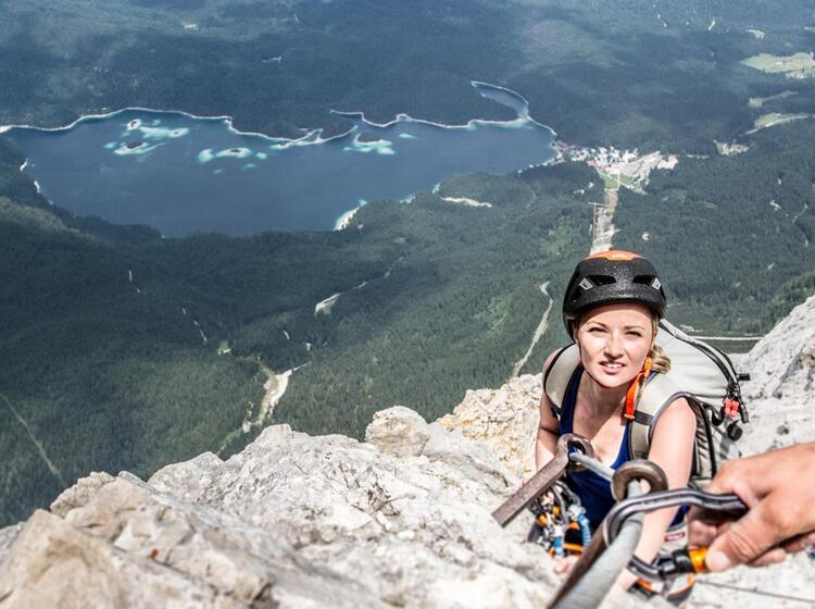 Die Letzten Meter Am Klettersteig Zur Zugspitze Im Hintergrund Der Eibsee