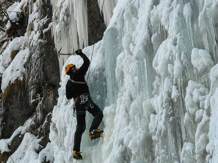 Eisklettern Am Wasserfall In Den Dolomiten