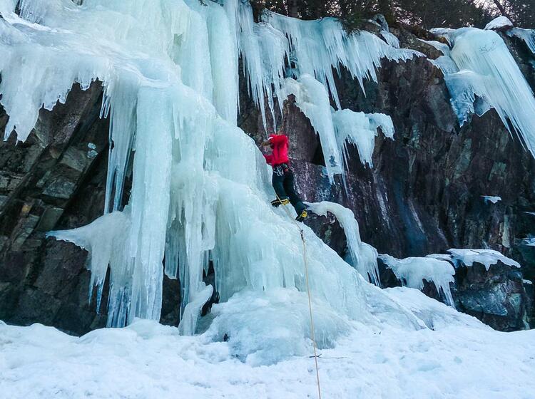 Eisschraube Setzen Beim Eisklettern In Norwegen
