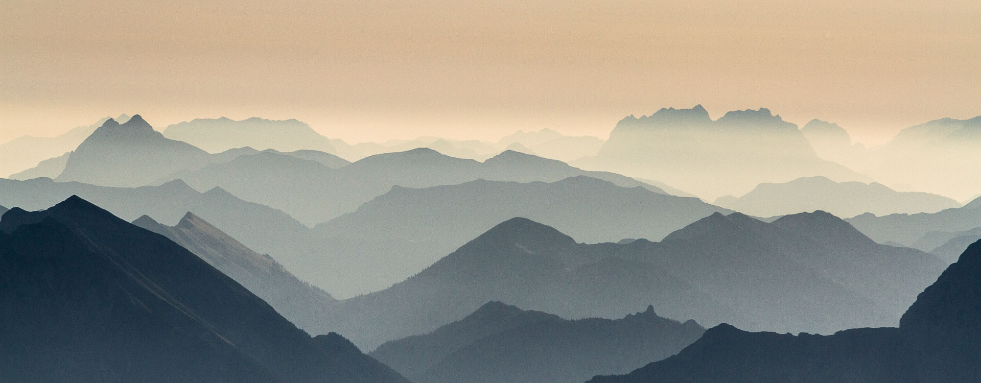 Gipfel Panorama an der Zugspitze dem hoechsten Berg Deutschlands