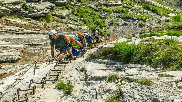 Gruppe Mit Bergfuehrer Auf Der Ersten Leiter Am Brett Durch Das Hoellental Zur Zugspitze