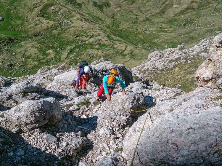 Mit Bergfuehrer Beim Klettern Am Sella Pass