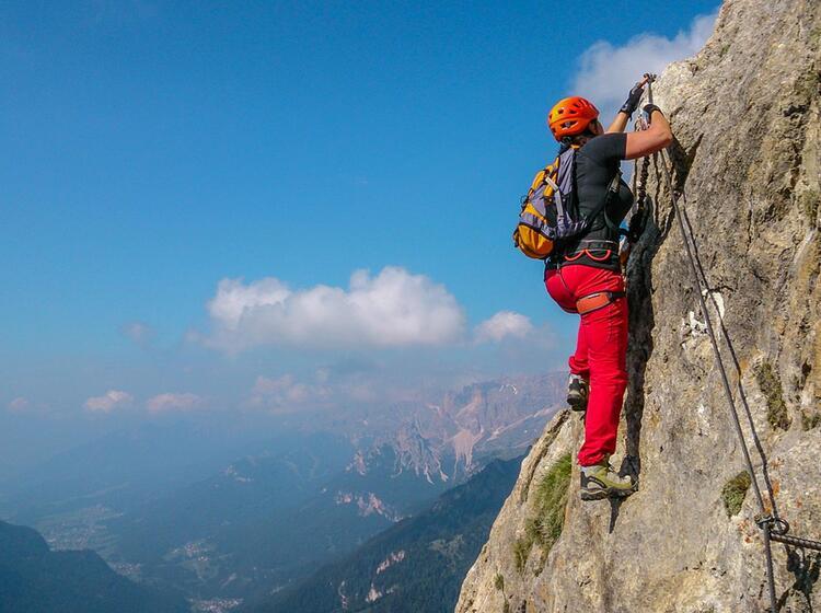 Mit Bergfuehrer Klettersteige In Den Dolomiten Begehen