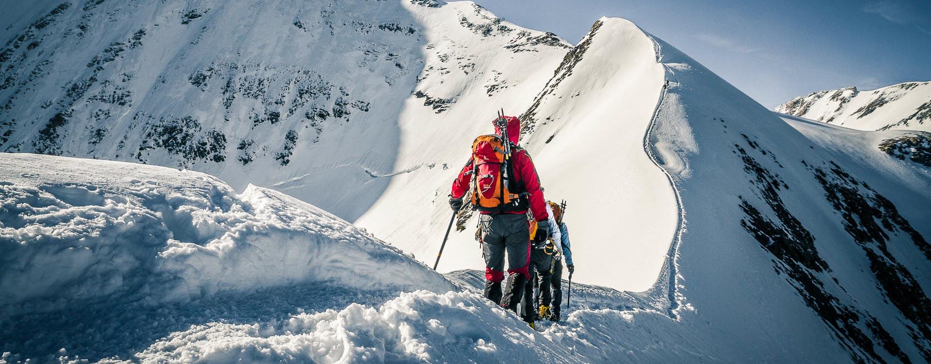 Mitten am Grat bei der Hochtour mit Bergfuehrer in Zermatt