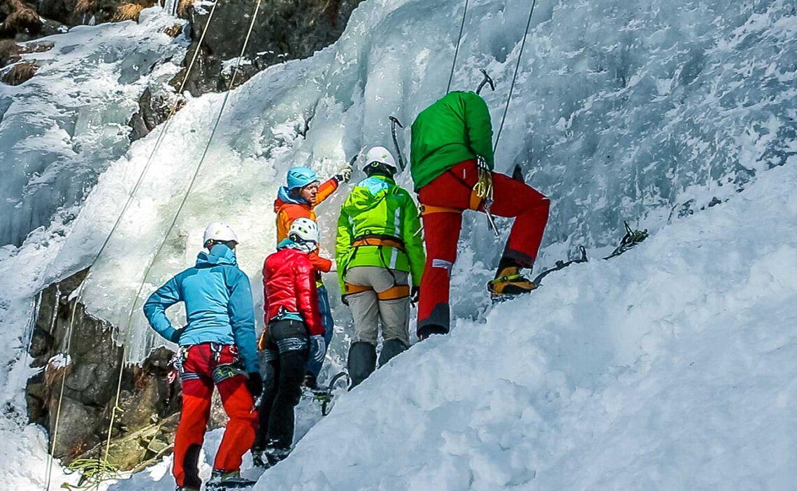 Technik Fuer Eisklettern Trainieren Am Eiskletterkurs