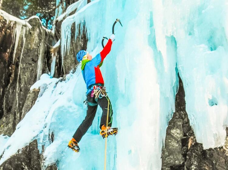 Vorsteiger In Norwegen Beim Eisklettern